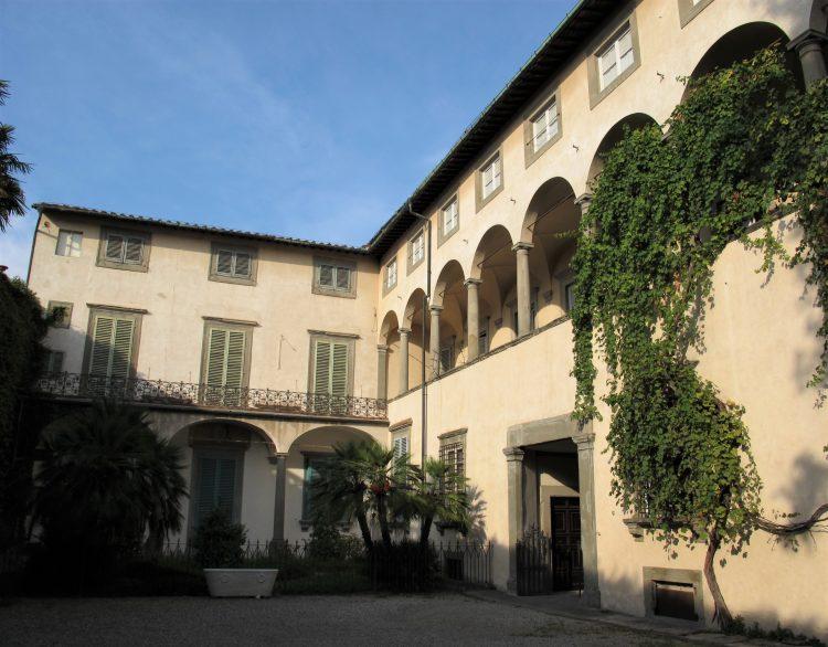 Palazzo_mansi,_cortile_lucca-souvenirdiviaggio
