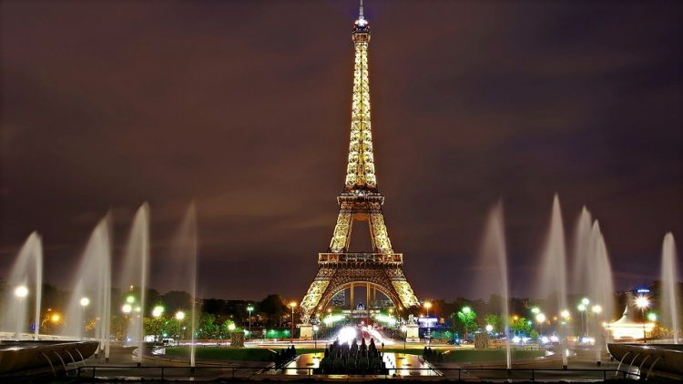 eiffel-tower-paris-souvenirdiviaggio