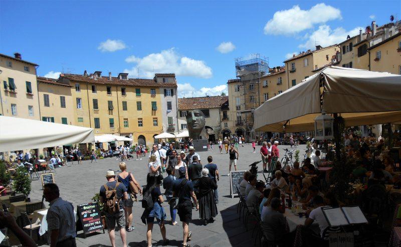 piazza anfiteatro-lucca-souvenirdiviaggio