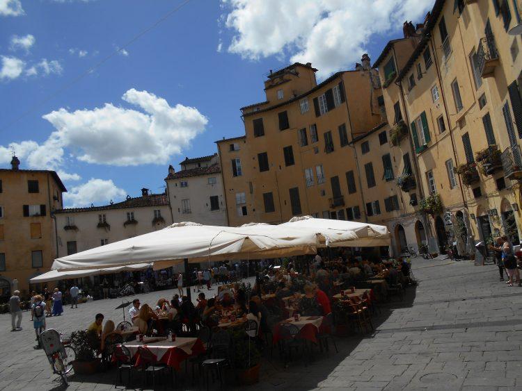 piazza anfiteatro lucca-souvenirdiviaggio