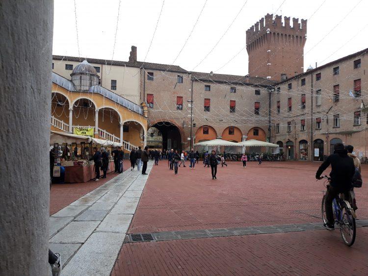 piazza municipale ferrara-souvenirdiviaggio