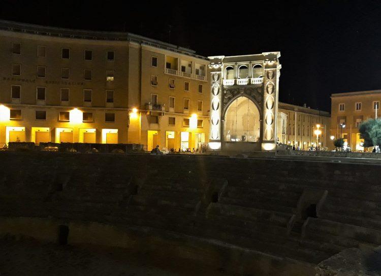 piazza sant'rornzo e sedile di sera-lecce