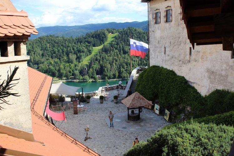 cortile castello con pozzo-lago di bled