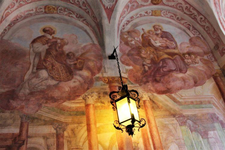 dettaglio affreschi cappella catsello di bled